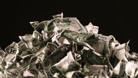 Un manojo de arrugado cincuenta billetes de dólar gira almacen de metraje de vídeo