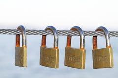 Cerraduras que cuelgan en una cuerda del metal Imagen de archivo libre de regalías