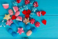 Un manojo de caramelos deliciosos de la jalea en la forma de las estrellas, corazones Foto de archivo libre de regalías