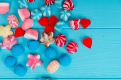 Un manojo de caramelos sabrosos de la jalea en la forma de las estrellas, corazones y Foto de archivo