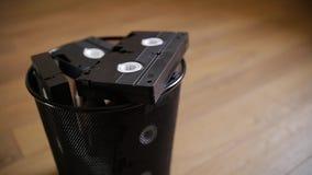 Un manojo de casetes de VHS lanzados en la basura almacen de video
