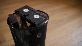 Un manojo de casetes de VHS lanzados en la basura almacen de metraje de vídeo