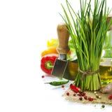 Un manojo de cebolletas y de verduras frescas Foto de archivo