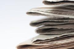 Un manojo de cierre doblado del periódico encima del tiro fotos de archivo