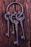 Un manojo de claves en el fondo de madera. Imagen de archivo