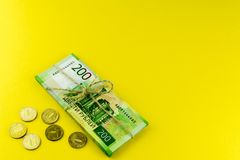 Un manojo de dinero Efectivo ruso Un paquete atado con una cuerda Denominaciones en 200 rublos fotografía de archivo libre de regalías
