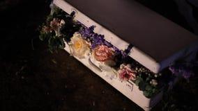 Un manojo de flores hermosas en una maleta lamentable vieja almacen de video