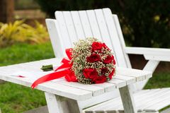 Un manojo de flores de Rose en la tabla imagenes de archivo