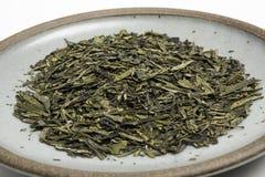 Un manojo de hojas de té verdes secadas imagen de archivo
