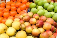 Un manojo de manzanas amarillas y verdes en la tabla en el mercado Fotos de archivo libres de regalías