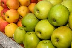 Un manojo de manzanas verdes en la tabla en el mercado Foto de archivo