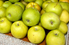 Un manojo de manzanas verdes en la tabla en el mercado Imagenes de archivo