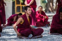 Un manojo de monjes budistas tibetanos de discusión en Sera Monastery Foto de archivo