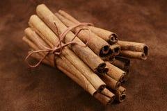 Un manojo de palillos de canela en fondo marrón Imagen de archivo
