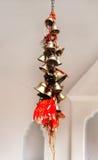 Un manojo de pequeñas campanas metálicas en Naina Devi Temple en Nainital, la India fotografía de archivo libre de regalías