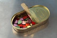 Un manojo de pequeños corazones en una lata Fotos de archivo
