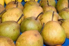 Un manojo de peras en la tabla en el mercado Foto de archivo libre de regalías