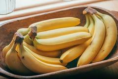 Un manojo de plátanos en una cesta Imagenes de archivo