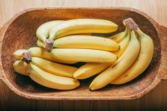 Un manojo de plátanos en una cesta Fotografía de archivo