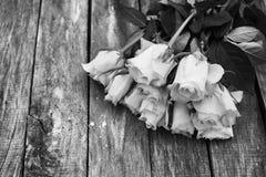Un manojo de rosas blancas imagenes de archivo