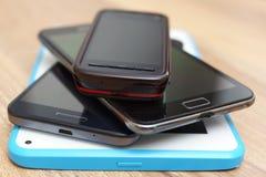 Un manojo de teléfonos y de tableta Fotografía de archivo