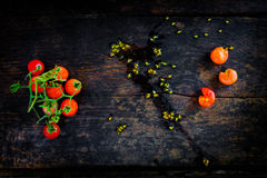 Un manojo de tomates rojos frescos en el piso de madera oscuro viejo Foto de archivo