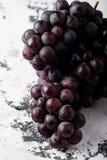 Un manojo de uvas oscuras imagenes de archivo