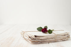 Un manojo de viejas letras y una rosa roja en un backgrou de madera blanco Imágenes de archivo libres de regalías