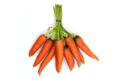 Un manojo de zanahorias de bebé sanas y frescas aisladas en fondo negro foto de archivo libre de regalías