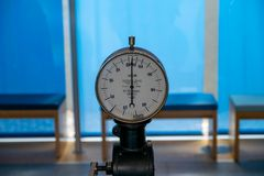 Un manometro misura la pressione di acqua fotografia stock libera da diritti