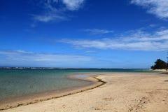 Un mar encantador con la playa curvada imagenes de archivo