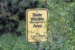 Un marcador de límite de un área de la gestión de la fauna del estado de Minnesota fotografía de archivo