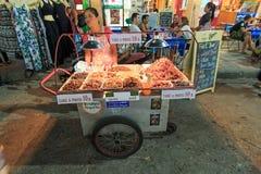 Un marchand ambulant vendant les insectes frits aux touristes sur la route de Khao San à Bangkok Photos libres de droits