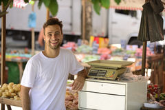 Un marchand de légumes au caissier Image libre de droits