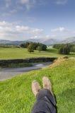 Un marcheur admirant la vue d'un paysage Photographie stock