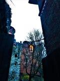 Un marco del misterio, del castillo medieval y de bebidas espirituosas imagen de archivo