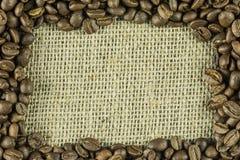 Un marco integrado por los granos de café Imágenes de archivo libres de regalías