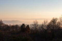 Un mare di nebbia fra alcune colline ed un po'più di montagne distanti, Fotografie Stock Libere da Diritti