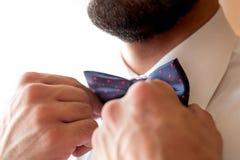 Un marié à la mode porte un bowtie Photos stock
