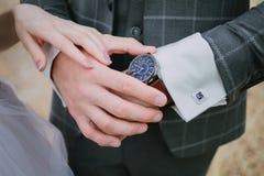 Un marié dans un costume à carreaux image stock