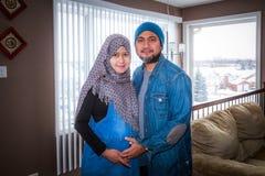 Un marido con su esposa embarazada foto de archivo