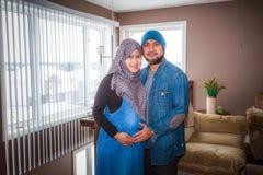 Un marido con su esposa embarazada imagen de archivo