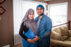 Un marido con su esposa embarazada imagenes de archivo