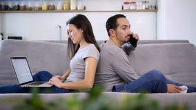 Un marido y una esposa pasan el tiempo junto almacen de video
