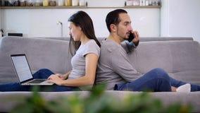 Un marido y una esposa pasan el tiempo junto almacen de metraje de vídeo