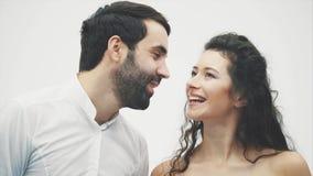 Un marido y una mujer cariñosos están consiguiendo más cercano a beso Pares sensuales jovenes felices Tacto de su sonrisa de la n almacen de metraje de vídeo