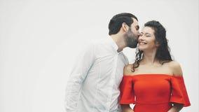 Un marido y una mujer cariñosos están consiguiendo más cercano a beso Pares sensuales jovenes felices Tacto de su sonrisa de la n