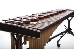 Un marimba en bois brun sur un fond blanc Photos stock