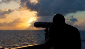 Un marinaio guarda tramite il binocolo Immagini Stock Libere da Diritti