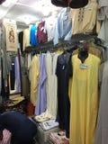 Un market& x28; souk& x29; bazar en la ciudad turística Ouargla Argelia El mercado tradicional del recuerdo del paño es imagen de archivo libre de regalías